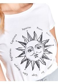 TOP SECRET - T-shirt z nadrukiem. Kolor: biały. Materiał: tkanina. Długość rękawa: krótki rękaw. Długość: krótkie. Wzór: nadruk. Sezon: lato