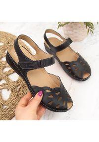Czarne sandały Helios na koturnie