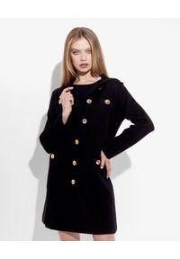 MOSCHINO - Czarny płaszcz z logowanymi guzikami. Okazja: na co dzień. Kolor: czarny. Materiał: materiał, bawełna. Długość: długie. Wzór: aplikacja. Styl: klasyczny, casual