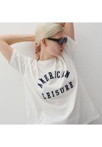 Reserved - Bawełniany t-shirt z nadrukiem - Kremowy. Kolor: kremowy. Materiał: bawełna. Wzór: nadruk
