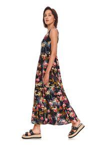 TOP SECRET - Printowana sukienka z falbanką. Typ kołnierza: dekolt w kształcie V. Kolor: czarny. Materiał: tkanina. Długość rękawa: na ramiączkach. Wzór: kwiaty