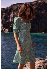 Style - Wyjątkowa sukienka w drobne kwiaty. Typ kołnierza: kołnierz z falbankami. Wzór: kwiaty. Długość: midi
