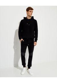 Les Hommes - LES HOMMES - Czarna bluza z nadrukiem na plecach. Okazja: na co dzień. Typ kołnierza: kaptur. Kolor: czarny. Materiał: bawełna, jeans. Długość rękawa: długi rękaw. Długość: długie. Wzór: nadruk. Styl: klasyczny, casual