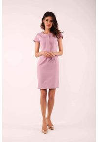 Nommo - Jasnoróżowa Dopasowana Sukienka z Krawatką. Kolor: różowy. Materiał: wiskoza, poliester