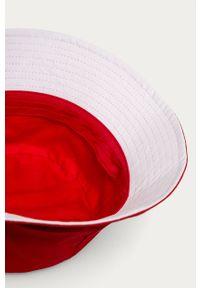 Czerwony kapelusz Kangol z aplikacjami