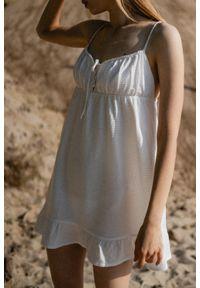 Marsala - Letnia sukienka na cienkich ramiączkach biała w strukturalne kropeczki - CHIA BY MARSALA. Kolor: biały. Materiał: bawełna. Długość rękawa: na ramiączkach. Sezon: lato. Typ sukienki: proste. Długość: mini