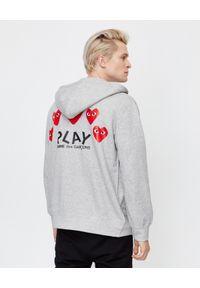 COMME DES GARCONS PLAY - Szara bluza z czerwonymi sercami. Typ kołnierza: kaptur. Kolor: szary. Materiał: dresówka, bawełna, jeans. Długość rękawa: długi rękaw. Długość: długie. Wzór: nadruk. Sezon: jesień