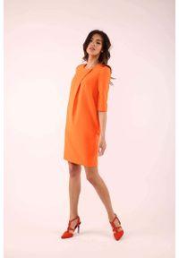Nommo - Pomarańczowa Prosta Sukienka z Ozdobną Zakładką. Kolor: pomarańczowy. Materiał: wiskoza, poliester. Typ sukienki: proste