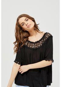 Czarna koszula MOODO z dekoltem typu hiszpanka, z krótkim rękawem