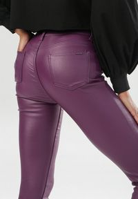 Fioletowe spodnie skinny Born2be