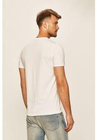 Biały t-shirt Guess Jeans na co dzień, z okrągłym kołnierzem, casualowy, z nadrukiem
