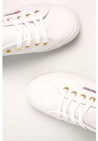 Białe tenisówki Superga z okrągłym noskiem, na średnim obcasie