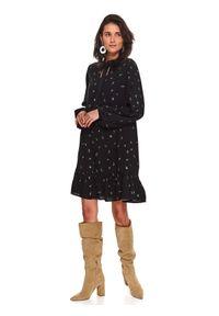 TOP SECRET - Printowana sukienka z falbaną. Okazja: do pracy, na co dzień. Kolor: czarny. Sezon: zima. Styl: casual