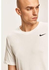 Biały t-shirt Nike casualowy, na co dzień