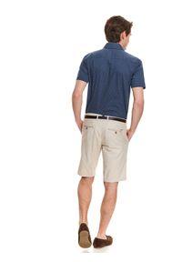 TOP SECRET - Koszula wzorzysta o luźnym kroju. Typ kołnierza: kołnierzyk klasyczny. Kolor: niebieski. Materiał: bawełna. Długość rękawa: krótki rękaw. Długość: krótkie. Sezon: lato. Styl: klasyczny, elegancki