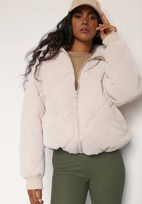 Renee - Jasnobeżowa Kurtka Hermassa. Kolor: beżowy. Materiał: tkanina, jeans. Długość rękawa: długi rękaw. Długość: długie. Wzór: aplikacja. Styl: elegancki