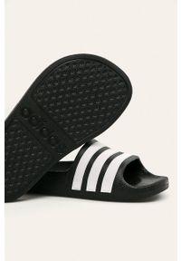 Czarne klapki adidas Performance na obcasie, na średnim obcasie