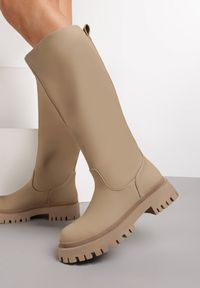 Renee - Ciemnobeżowe Kozaki Peisilaira. Nosek buta: okrągły. Zapięcie: bez zapięcia. Kolor: beżowy. Wzór: gładki. Styl: rockowy
