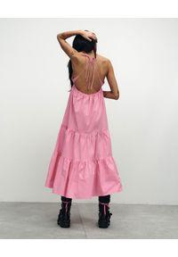 VICHER - Różowa sukienka midi Josephine. Okazja: na plażę, na co dzień, na randkę. Kolor: różowy, wielokolorowy, fioletowy. Materiał: bawełna. Sezon: lato. Typ sukienki: proste. Styl: casual. Długość: midi