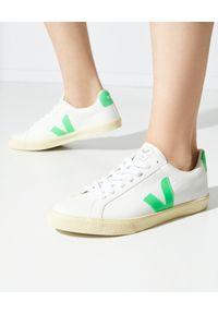 Veja - VEJA - Białe sneakersy ze skóry Esplar. Kolor: biały. Materiał: skóra. Szerokość cholewki: normalna. Wzór: aplikacja