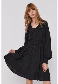 Scotch & Soda - Sukienka. Okazja: na co dzień. Kolor: czarny. Materiał: tkanina, wiskoza, materiał. Długość rękawa: długi rękaw. Wzór: gładki. Typ sukienki: proste. Styl: casual