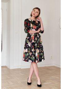 Marie Zélie - Sukienka Melia Paphia. Typ kołnierza: kokarda. Materiał: bawełna, skóra, tkanina, materiał. Wzór: kwiaty. Sezon: wiosna. Styl: klasyczny