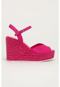 Różowe sandały Calvin Klein Jeans na klamry, na średnim obcasie