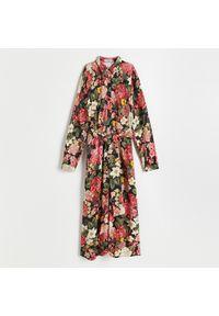 Reserved - Wzorzysta sukienka z wiskozy - Różowy. Kolor: różowy. Materiał: wiskoza