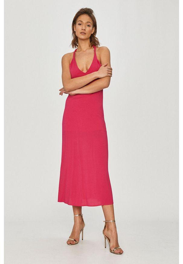 Różowa sukienka Silvian Heach rozkloszowana, na ramiączkach, gładkie