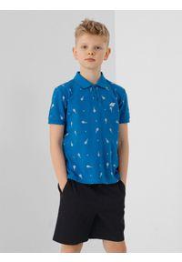 4f - Koszulka polo regular z nadrukiem chłopięca. Typ kołnierza: polo. Kolor: niebieski. Materiał: materiał. Długość rękawa: krótki rękaw. Wzór: nadruk