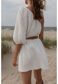 Marsala - Sukienka z wycięciem z muślinu bawełnianego w kolorze ECRU - MURCIA BY MARSALA. Okazja: na imprezę. Materiał: bawełna. Typ sukienki: asymetryczne. Styl: młodzieżowy. Długość: mini