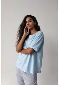 Marsala - T-shirt damski w kolorze błękitnym z kieszonką SPLIT BABY BLUE BY MARSALA. Kolor: niebieski. Materiał: bawełna, jeans. Długość rękawa: krótki rękaw. Długość: krótkie