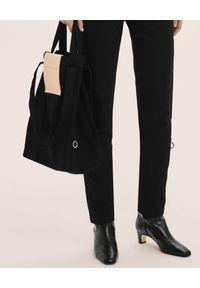 ANIA KUCZYŃSKA - Bawełniana torba Hong Kong z beżową skórą juchtową. Kolor: czarny. Materiał: skórzane