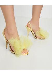 MARCO DE VINCENZO - Żółte sandały z kokardą. Okazja: na wesele, na ślub cywilny, na imprezę. Zapięcie: pasek. Kolor: żółty. Materiał: satyna, jedwab, materiał. Wzór: aplikacja. Obcas: na szpilce. Styl: wizytowy