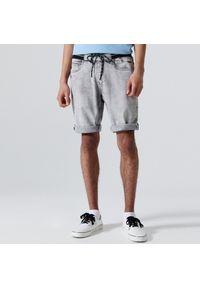 Cropp - Jeansowe szorty typu jogger - Jasny szary. Kolor: szary. Materiał: jeans