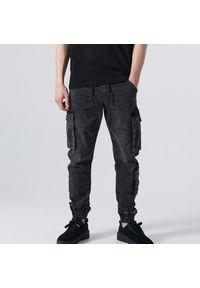 Cropp - Jeansowe joggery cargo - Szary. Kolor: szary