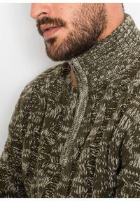 Sweter ze stójką z zamkiem bonprix ciemnooliwkowy melanż. Typ kołnierza: kołnierzyk stójkowy. Kolor: zielony. Wzór: melanż