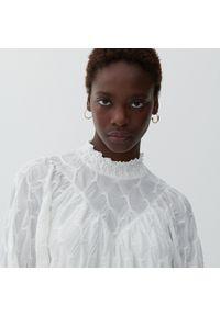 Reserved - Sukienka ze strukturalnym wzorem - Kremowy. Kolor: kremowy