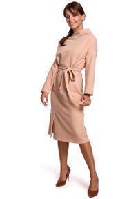 MOE - Sukienka Dzianinowa Midi z Asymetrycznym Dekoltem - Beżowa. Kolor: beżowy. Materiał: dzianina. Typ sukienki: asymetryczne. Długość: midi