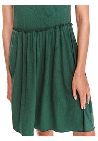 TOP SECRET - Sukienka z prążkowanej dzianiny. Kolor: zielony. Materiał: dzianina, prążkowany. Długość rękawa: na ramiączkach. Sezon: lato. Styl: wakacyjny, elegancki. Długość: midi