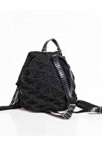 LULU by Liana K. - Czarny plecak z frędzlami Macrame. Kolor: czarny. Wzór: aplikacja. Styl: wakacyjny, boho