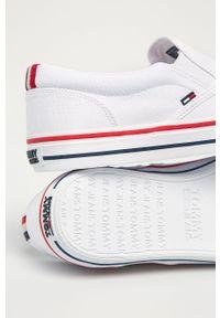 Białe niskie trampki Tommy Jeans z cholewką, z okrągłym noskiem
