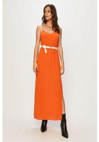Jacqueline de Yong - Sukienka. Okazja: na co dzień. Kolor: pomarańczowy. Materiał: tkanina. Długość rękawa: na ramiączkach. Wzór: gładki. Typ sukienki: proste. Styl: casual