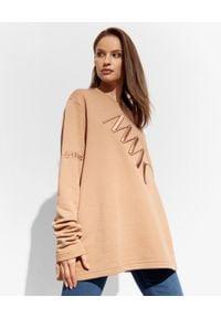 MMC STUDIO - Brązowa bluza z logo Label. Kolor: brązowy. Materiał: jeans, bawełna. Długość rękawa: długi rękaw. Długość: długie. Wzór: haft, aplikacja