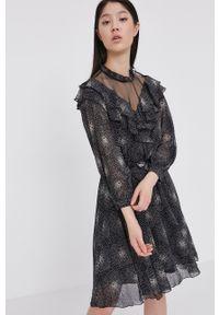 Answear Lab - Sukienka. Okazja: na co dzień. Kolor: czarny. Długość rękawa: długi rękaw. Typ sukienki: proste. Styl: wakacyjny