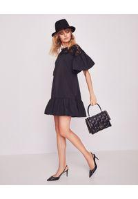 VALENTINO - Czarna sukienka babydoll. Kolor: czarny. Materiał: koronka, bawełna, wiskoza. Wzór: koronka, kwiaty. Typ sukienki: baskinki, rozkloszowane. Styl: klasyczny. Długość: mini