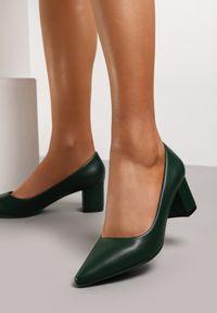 Renee - Oliwkowe Czółenka Merezen. Okazja: na spotkanie biznesowe. Nosek buta: szpiczasty. Zapięcie: bez zapięcia. Kolor: zielony. Wzór: jednolity. Obcas: na słupku. Styl: biznesowy, elegancki