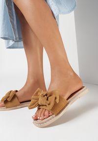 Born2be - Camelowe Klapki Berinysh. Nosek buta: okrągły. Materiał: guma. Wzór: aplikacja. Obcas: na platformie