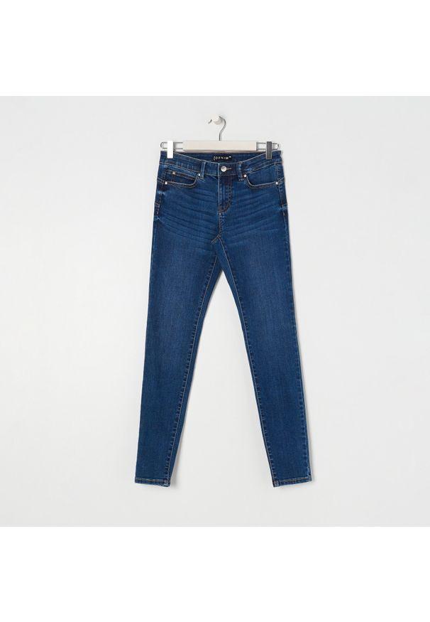 Sinsay - Jeansy skinny push-up low waist - Granatowy. Kolor: niebieski