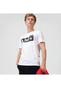 Sinsay - Koszulka z nadrukiem Lśnienie - Biały. Kolor: biały. Wzór: nadruk